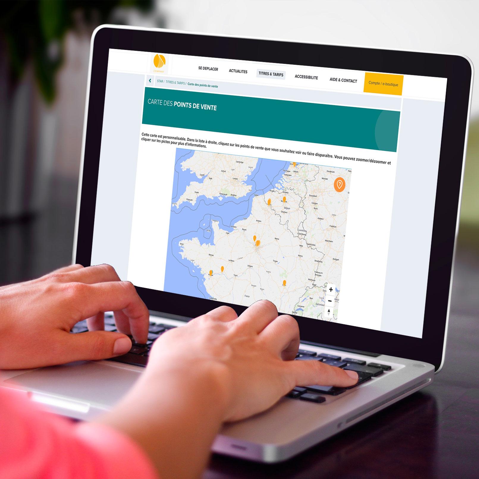 Ecran d'ordinateur affichant un site web où une carte SumWhere présentant plusieurs points d'intérêt sur un territoire est intégrée