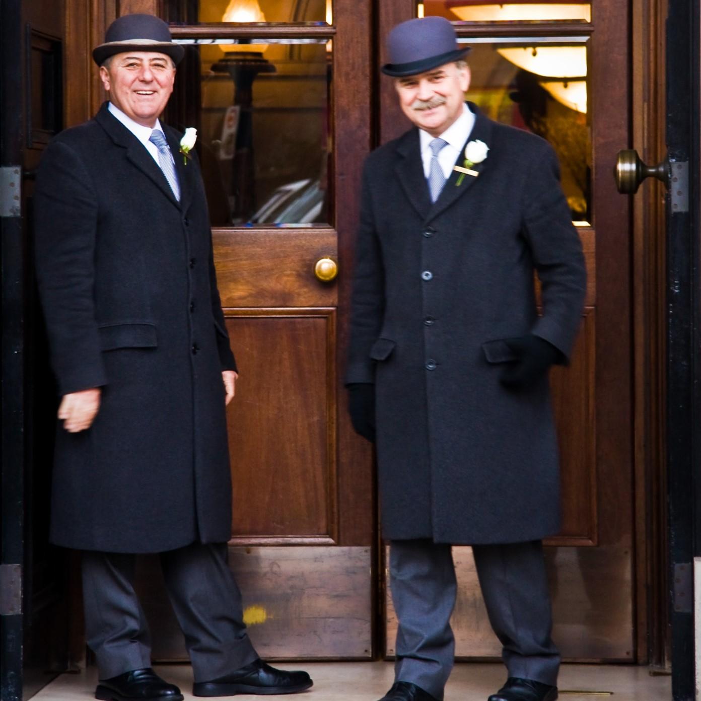 Personnel d'un hôtel prêt à ouvrir la porte