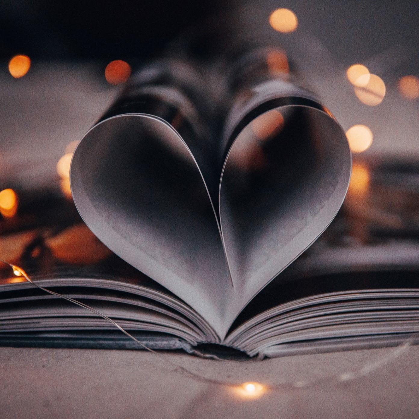 Pages d'un carnet papier formant un coeur