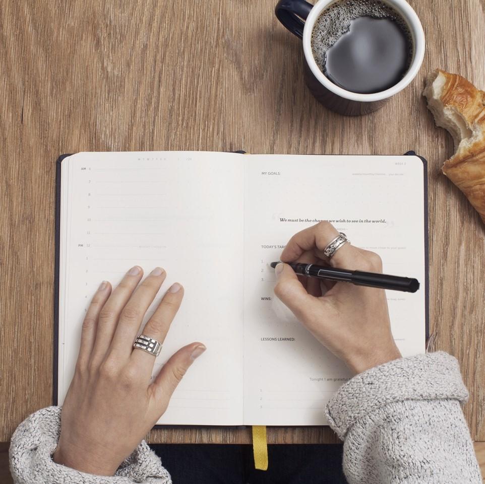 Personne qui écrit sur un carnet