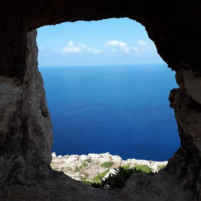 Joli site naturel aperçu à travers un trou dans un mur