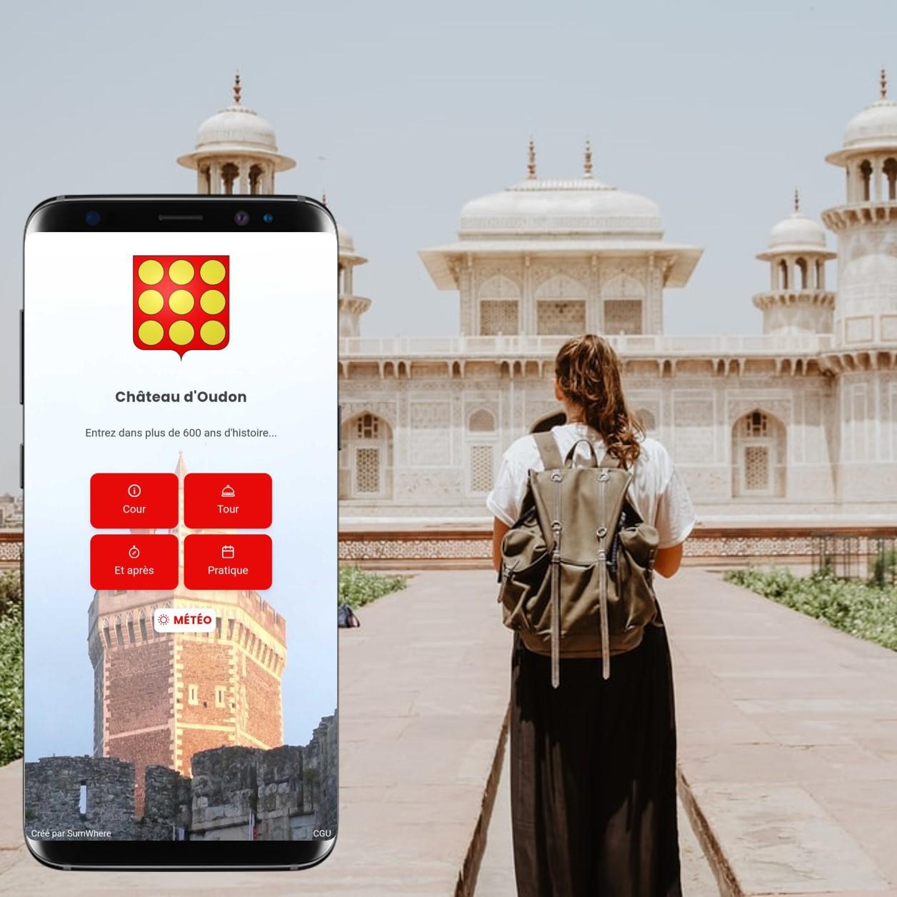 touriste dans un lieu de visite et carnet digital